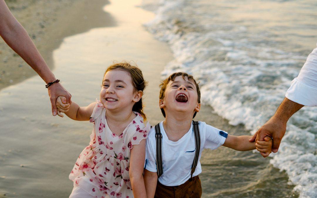 Servizio fotografico famiglia al tramonto pineta e spiaggia