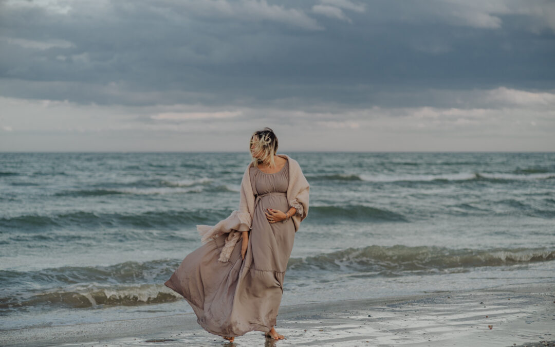 La meraviglia di un servizio fotografico Maternità sulla spiaggia